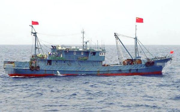 沖縄県・尖閣諸島周辺の領海に侵入した中国漁船(2016年8月)=第11管区海上保安本部提供