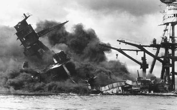 日本軍の攻撃で炎上する米戦艦アリゾナ。今年は真珠湾奇襲から80年になる。写真はロイター