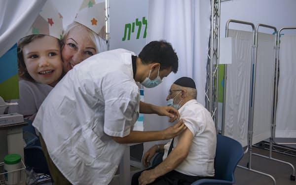 イスラエルでは3回目のブースター接種が進んでいる=AP