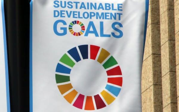 繁華街に掲げられた、持続可能な開発目標(SDGs)の旗