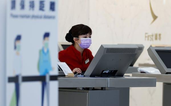 新型コロナウイルスの影響で国際線の旅客需要の戻りは鈍い(香港国際空港)=ロイター