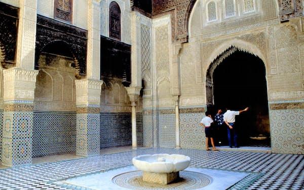 アッターリーン・マドラサのゼッリージュ装飾(14世紀、モロッコ・フェズ)=筆者撮影