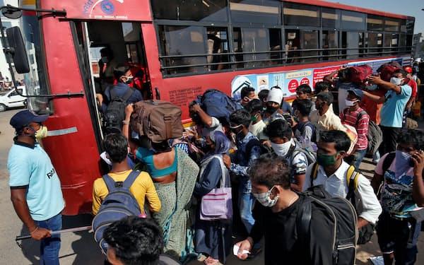 インド西部アーメダバードで、新型コロナウイルスの影響で職を失いウッタルプラデシュ州に帰ろうとする労働者ら(2020年5月)=ロイター