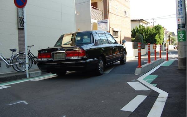 横浜市港北区大倉山3丁目地区で「ハンプ」と呼ぶ段差などの安全対策を実施した道路(写真:日経クロステック)