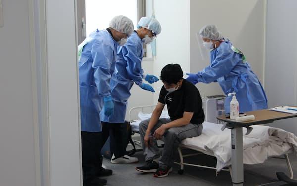 東京都は「入院待機ステーション」の増設を進めている(平成立石病院での実演の様子、7月)