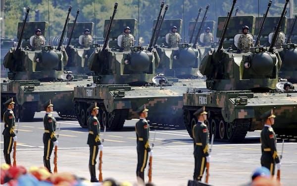 中国の国防省系メディアは、寧夏での中ロの共同軍事演習ではロシア軍に対し、初めて中国軍の装甲車両への立ち入りが認められると報じた=ロイター