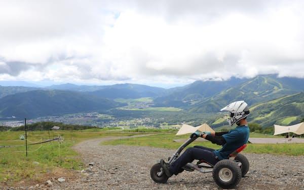 スキー場の斜面を下るマウンテンカートは、爽快なスピード感を味わえる