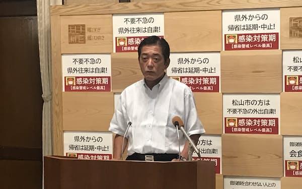 会見する中村知事(11日、愛媛県庁)