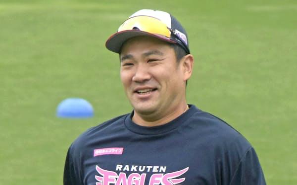 全体練習で笑顔を見せる楽天・田中将(11日、楽天生命パーク)=共同