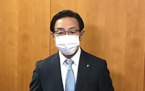 記者団の取材に応じる西脇隆俊知事(11日、京都府庁)