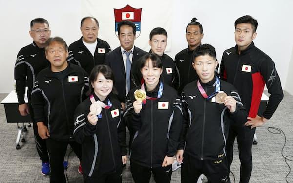 東京五輪の報告会に出席した(前列左から)並木月海、入江聖奈、田中亮明ら(11日、東京都内)=日本ボクシング連盟提供・共同
