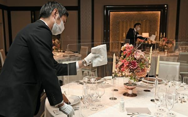 感染防止のためテーブルにアクリル板を設けた結婚式場(28日、東京都港区の品川プリンスホテル)