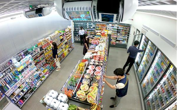天井に据え付けたセンサーで来店客の詳細な動きを把握して商品戦略や店舗レイアウトに反映する