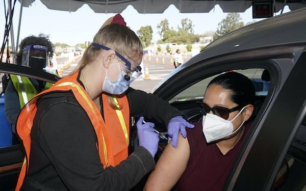 カリフォルニア州は新型コロナのワクチン接種または毎週の検査を教師らに義務づける=AP