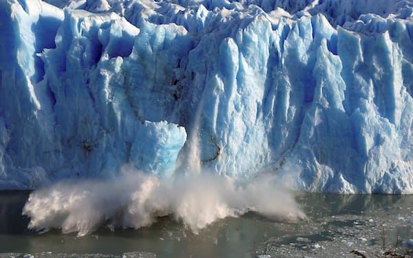 温暖化の加速で氷河の融解も進んでいるといわれている(アルゼンチン南部ペリト・モレノ氷河から落ちる氷)=ロイター