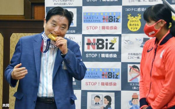金メダルをかじった河村たかし名古屋市長には批判が殺到した(4日、同市役所)=共同