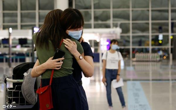 香港国際空港で別れを惜しむ人(6月)=ロイター