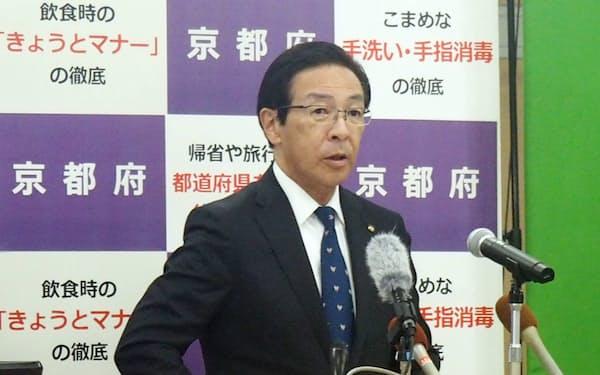 記者会見する西脇隆俊知事(12日、京都市)