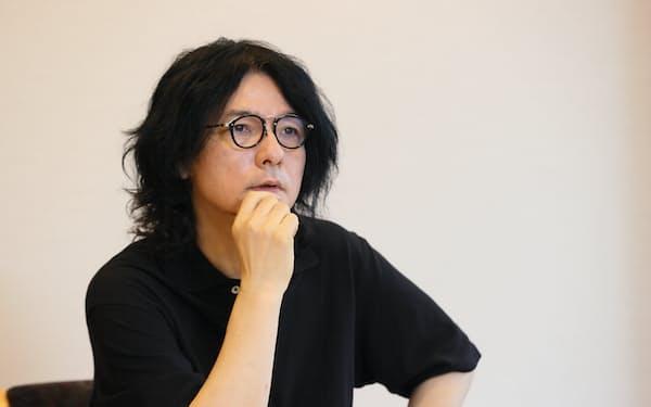 「画家の三重野慶さんの絵に創作の原点を見た」と語る(写真提供・文芸春秋)