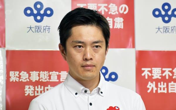 記者団の取材に応じる吉村知事(12日、大阪府庁)