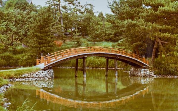 1974年、森によって復元された反橋は旧大乗院庭園(奈良市)のシンボルとなった(奈良文化財研究所蔵)