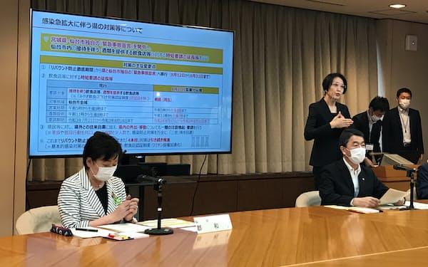 対策本部会議後の共同会見に出席する仙台市の郡市長㊧と宮城県の村井知事(手前右)