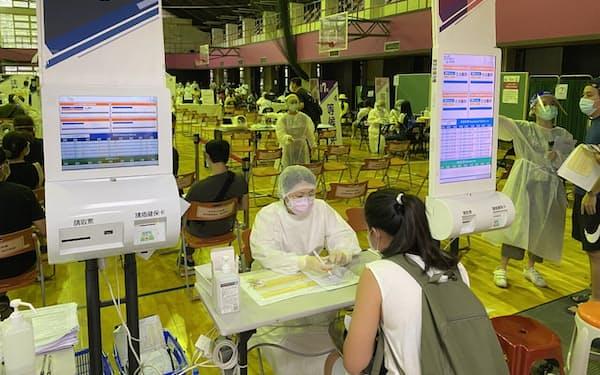新型コロナのワクチン接種がようやく進み始め、民間消費の回復も期待される(7月、台北市)