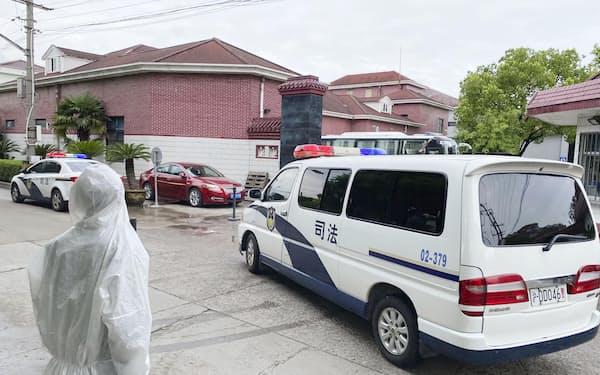 12日、中国・上海の刑務所を出る日本人女性を乗せたとみられる車両=共同