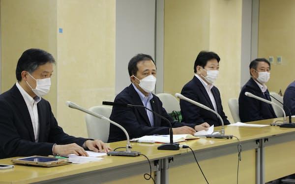 緊急提言後、世田谷区の保坂区長(左から2人目)ら6区市長は都庁で会見した