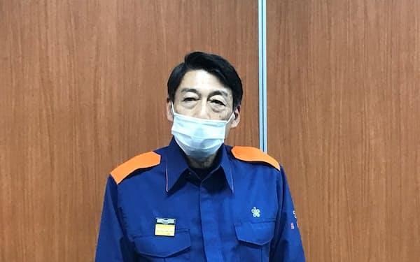 記者団の取材に応じる、福岡県の服部知事(12日、県庁)