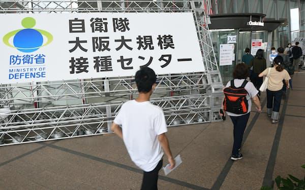 自衛隊が運営する大規模接種センターに向かう人たち(3日、大阪市北区の大阪府立国際会議場)
