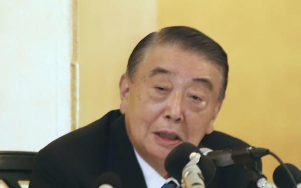 記者会見で議員引退の意向を正式表明する大島理森衆院議長(12日午後、青森県八戸市)=共同