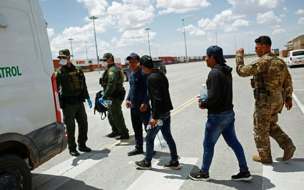 米国で拘束された中米からの移民(7月、米南部ニューメキシコ州)=ロイター