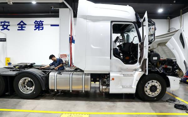 自動運転トラックは乗用車よりも大きな市場となる可能性もある(写真は中国で開発中の自動運転トラック)=ロイター