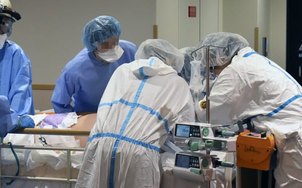 新型コロナウイルスの重症患者を受け入れる近畿大病院の医療従事者ら(2020年8月、大阪府大阪狭山市、画像の一部を加工しています)=近畿大病院提供・共同