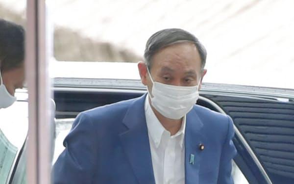 首相官邸に到着した菅首相(13日午前)=共同