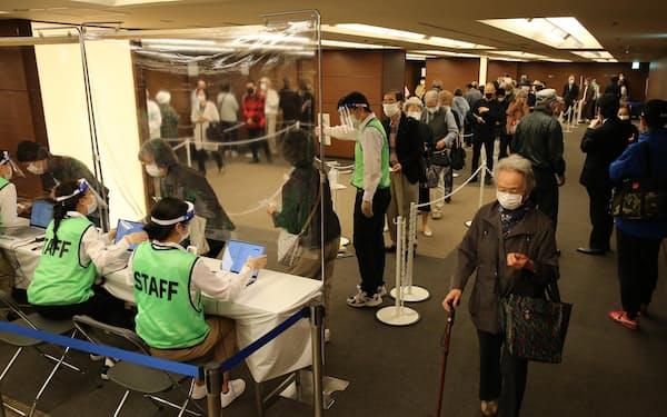 札幌市内の集団接種会場の様子(札幌パークホテル、代表撮影)