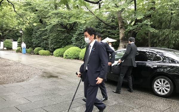 終戦の日に先立ち靖国神社を訪れる岸防衛相(13日、東京都千代田区)