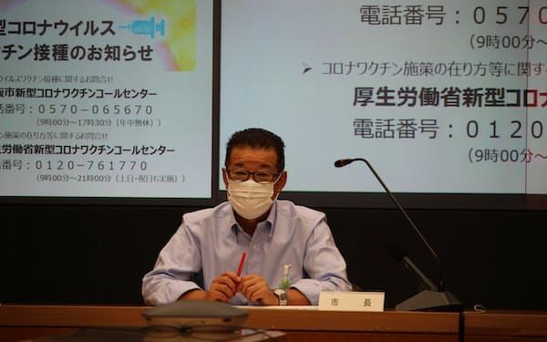 ワクチン接種推進本部会議に出席する大阪市の松井市長(13日、大阪市役所)