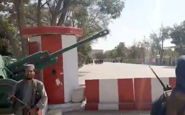 アフガニスタン東部の州都ガズニを制圧したタリバン兵士(12日、タリバン提供のビデオ)=ロイター
