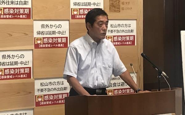 会見する中村知事(13日、愛媛県庁)