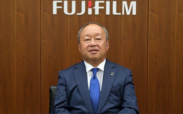 決算発表する富士フイルムホールディングスの後藤禎一社長兼最高経営責任者(CEO)