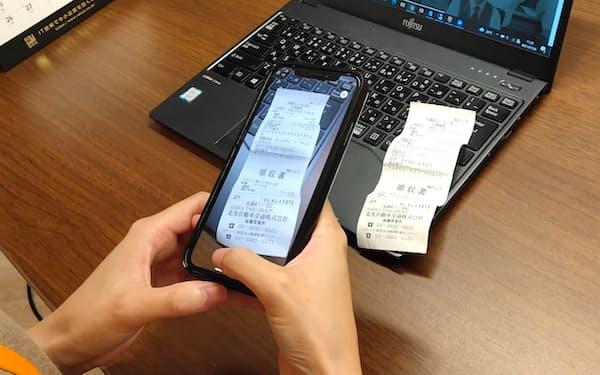 ラクスの「楽楽精算」では領収書をスマートフォンでスキャンして保存できる
