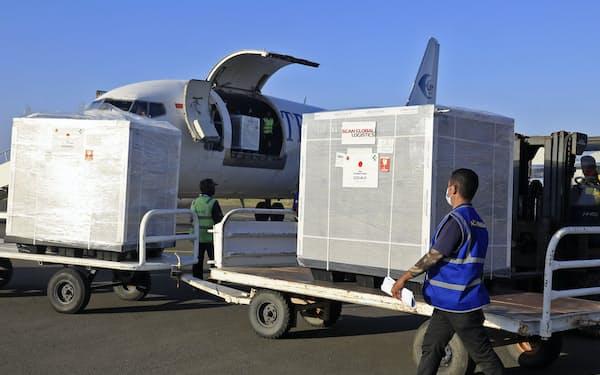 東ティモールの首都ディリの空港に到着した日本提供の新型コロナウイルスワクチン(13日)=共同