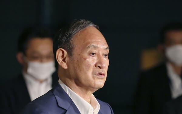 記者の質問に答える菅首相(13日午後、首相官邸)=共同