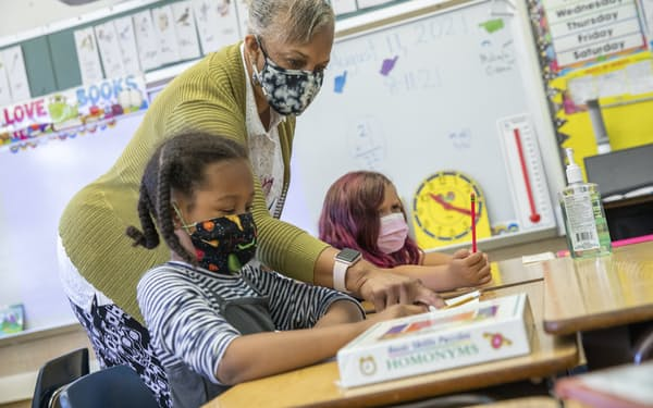 教室内でマスクを着用し授業を受ける子ども(11日、カリフォルニア州)=サンフランシスコ・クロニクル提供・AP
