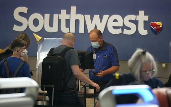 サウスウエスト航空では便のキャンセルが増えている=AP