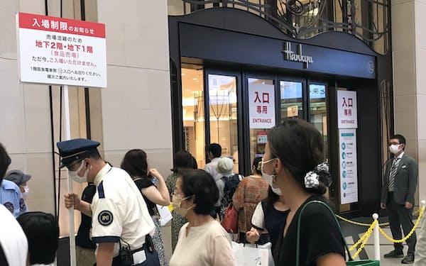 多くの百貨店が混雑時には入場を制限する方針を決めている(13日、大阪市の阪急うめだ本店)