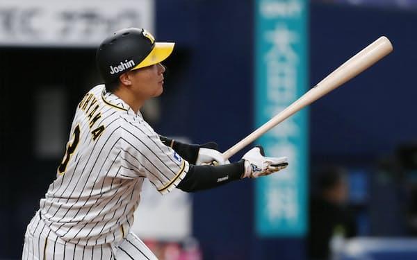 7回阪神無死、大山が中越えに2打席連続となる本塁打を放つ(14日、京セラドーム)=共同