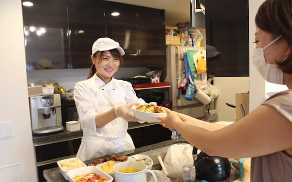 「出張シェフ」の深沢絢さんは1日2件ペースで家庭を回り料理を作る(8月、東京都内)=撮影時のみマスクを外しています